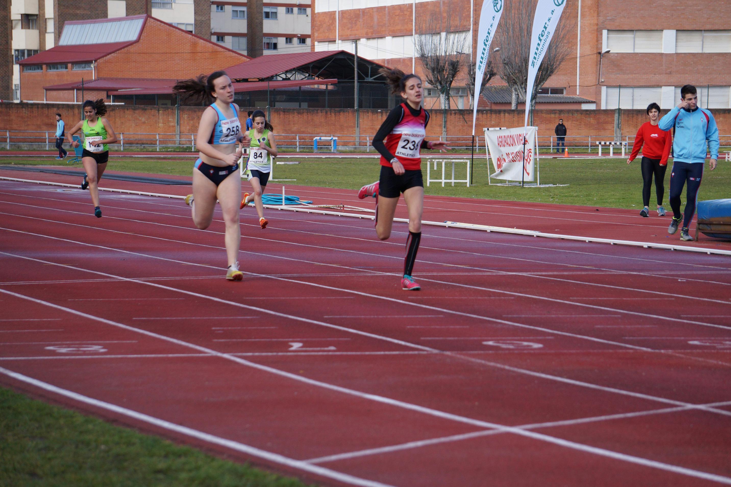 Alba Muñiz, imponiéndose en su serie de 300 m.